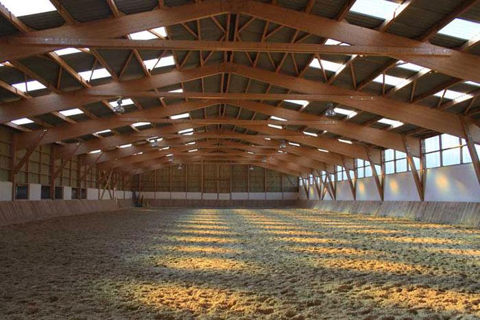 Spécialiste dans la construction en bois, l'entreprise BatirWood vous accompagne dans la construction des bâtiments équestres.
